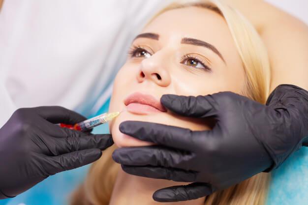 آیا تزریق ژل لب دردناک است؟